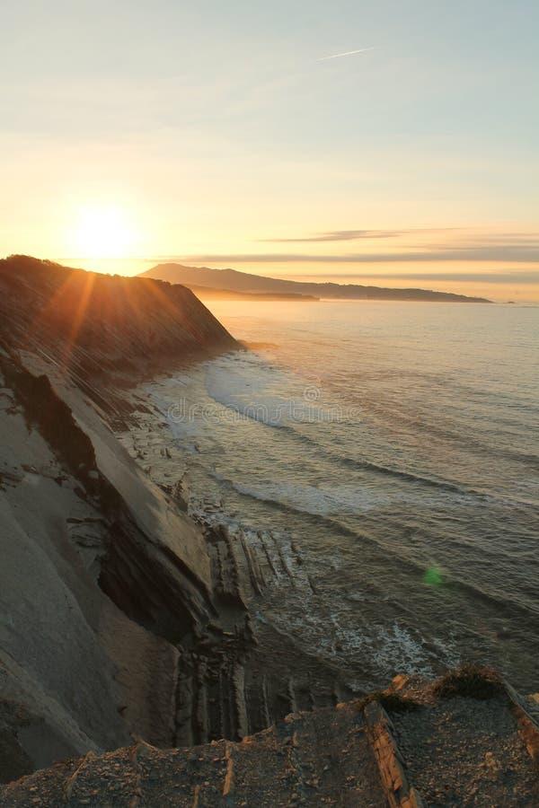 sightseeings prachtige zonsondergang op Atlantische kust op de richel in verticale mening royalty-vrije stock foto