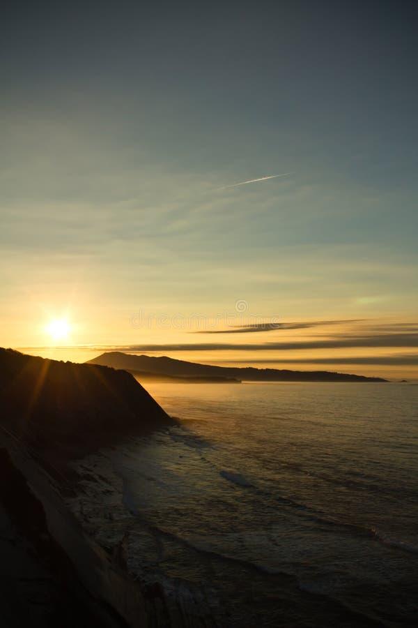 sightseeings prachtige zonsondergang op Atlantische kust op de richel in verticale mening stock foto