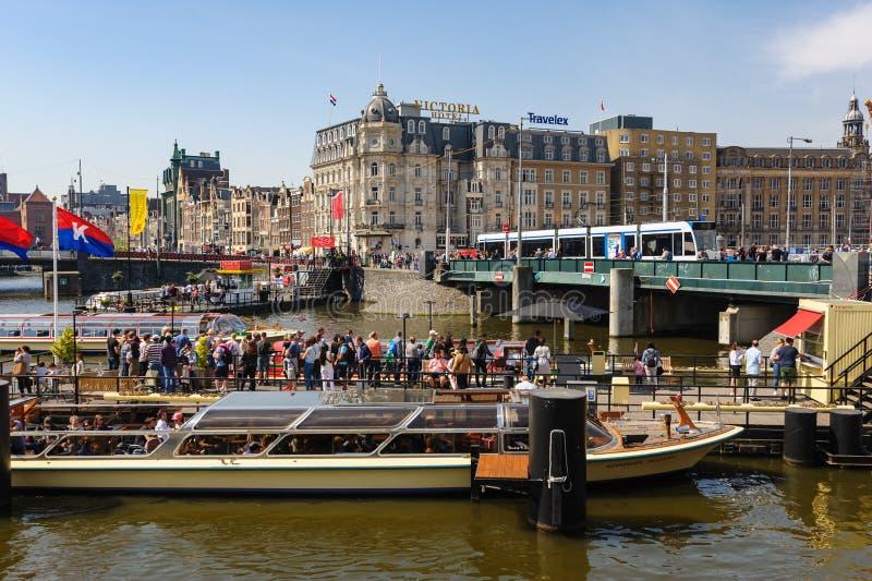 Sightseeng bij de Vultrechter van de Kanaalschipstad dichtbij de Centrale Post van Amsterdam stock foto