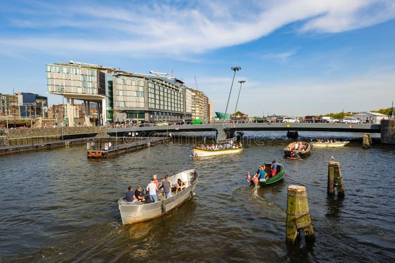 Sightseeng framme av DoubleTree Hilton Hotel, runt om centralstationen av Amsterdam royaltyfri bild