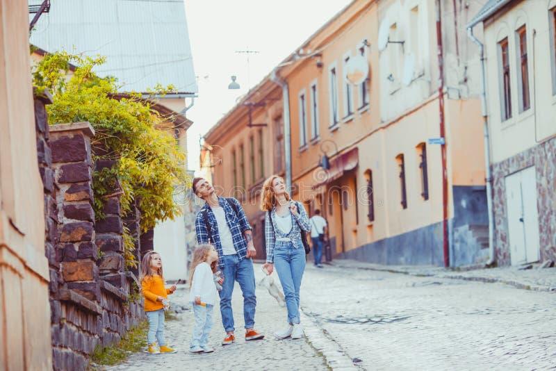 Sightseeng que camina de la familia curiosa con sus niños imagen de archivo libre de regalías