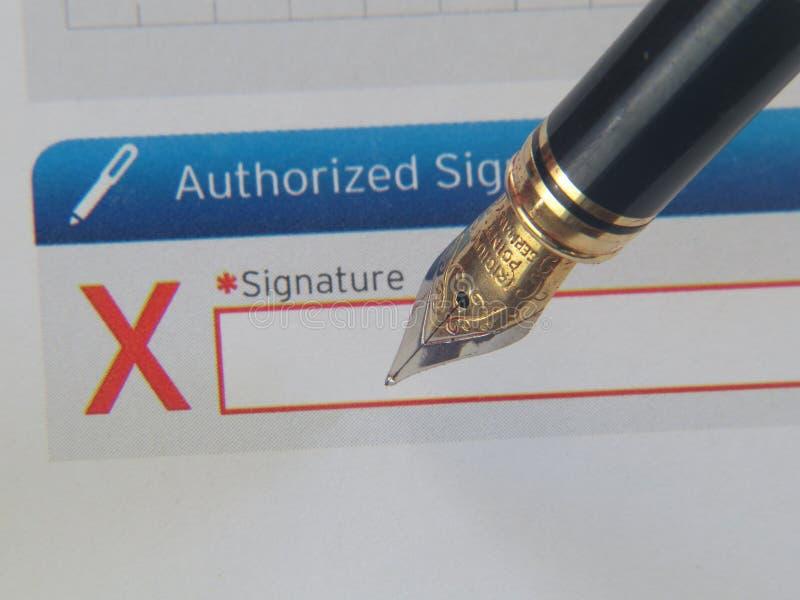 Siging kontrakt na linii z fontanny piórem obrazy stock
