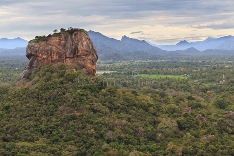 Sigiriya-Felsen-Festung, UNESCO-Welterbestätte, gesehen von Pidurangala-Felsen, Sri Lanka, stockfoto