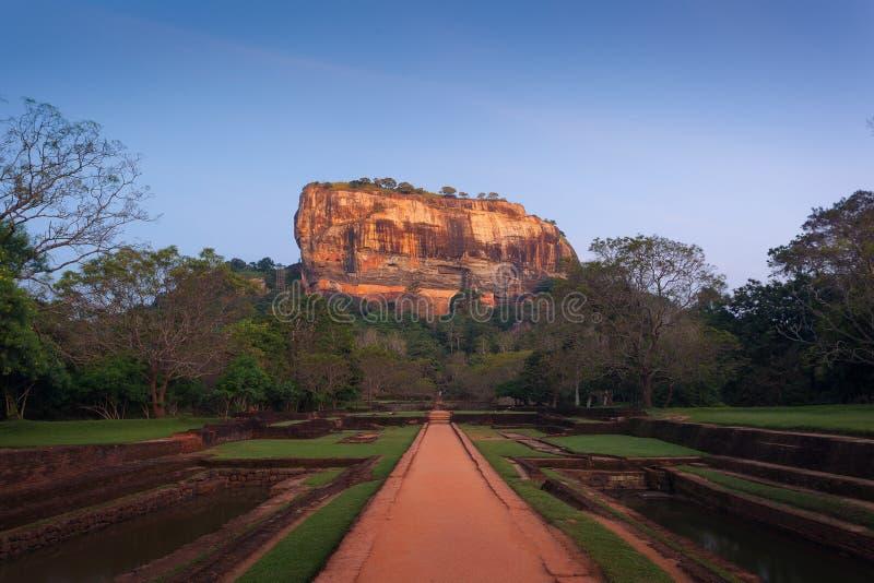Sigiriya La roca y los jardines del león en la puesta del sol, con ruinas antiguas fotografía de archivo