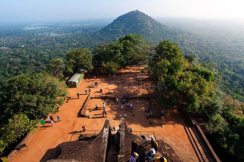 Sigiriya, Sri Lanka - Maart 31, 2019: De rotsvesting van de Sigiriya oude Leeuw in Sri Lanka met toeristen royalty-vrije stock afbeelding