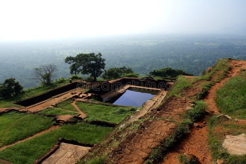 Sigiriya-Wasser-Teich-und Festungs-Ruinen stockfotos