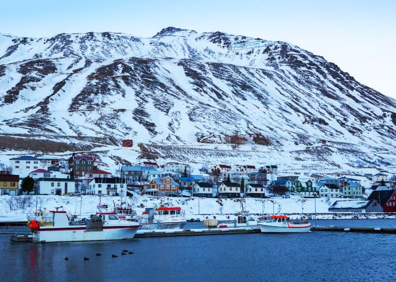 Siglufjordur an der Dämmerung im Winter Es ist die nördlichste Stadt von Island stockfotografie