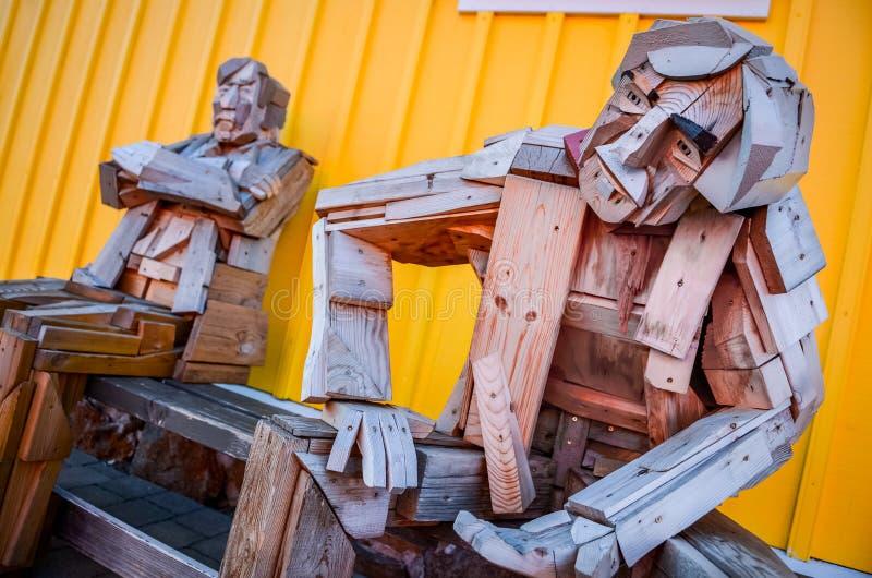 SIGLUFJORDUR, ISLAND - 15. August 2012: Sitzende hölzerne Statue mit buntem Hintergrund, Siglufjordur, Island lizenzfreies stockfoto