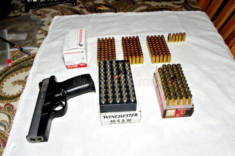 Sigma de Smith & de Wesson indicado com as caixas da munição de Winchester fotografia de stock