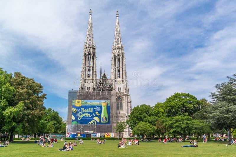 Sigmund Freud Park e igreja de Votiv em Viena, Áustria foto de stock royalty free