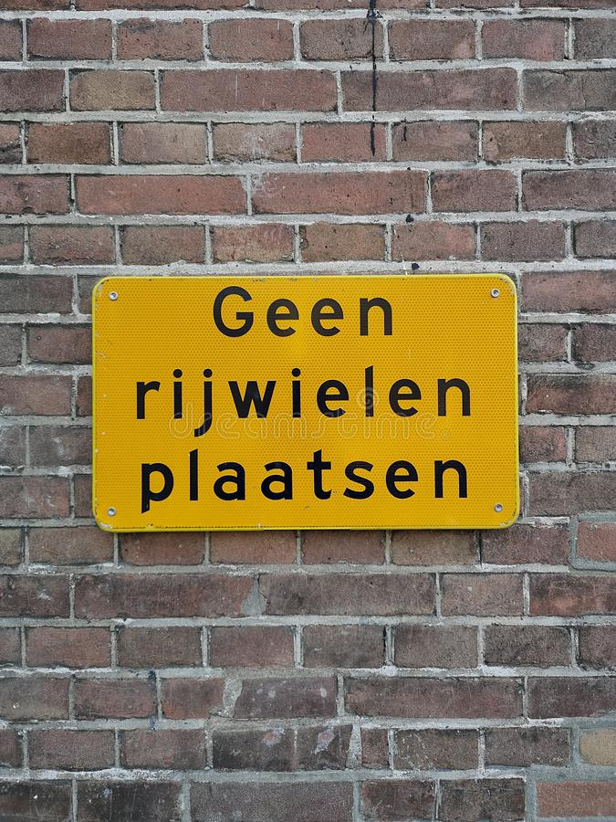 A sign saying in Dutch it is not allowed to place bicycles here. A close-up of a sign saying in Dutch that it is not allowed to place bicycles here stock photos