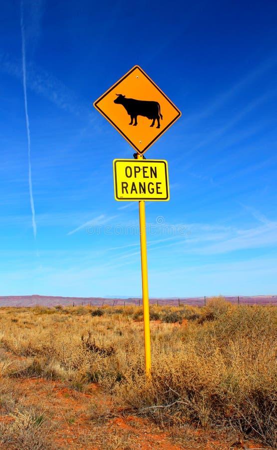 Signage рядом с дорогой в высокой пустыне - открытый ряд - корова - к западу от США стоковое фото