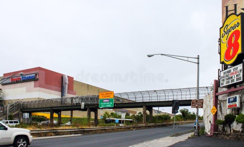 Signage и движение дороги вдоль улицы трассы 495 и 30-ого в северной рубрике Бергена к Нью-Йорку стоковое фото rf