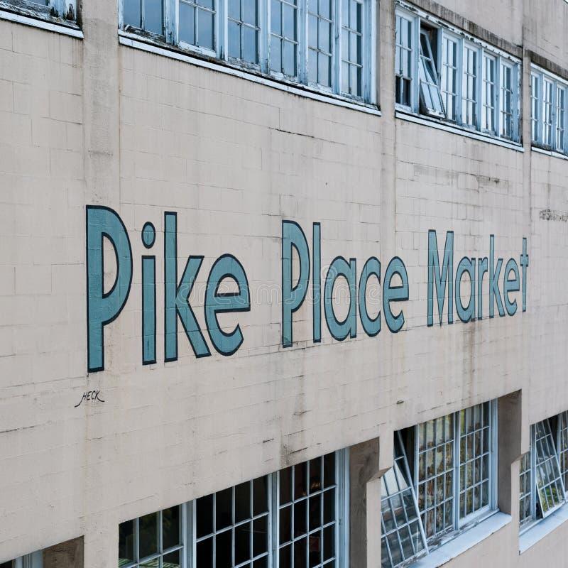 Signage рынка места Pike на стене, Сиэтл стоковые фотографии rf