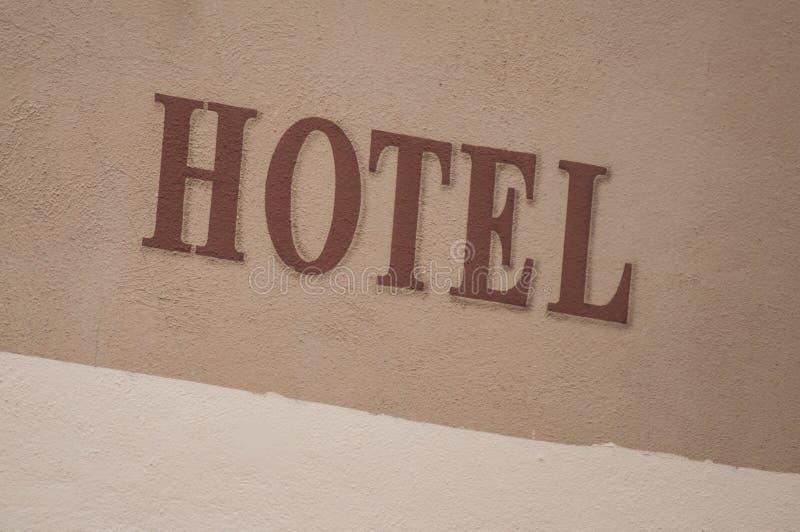 Signage d'hôtel sur le mur lapidé photographie stock libre de droits