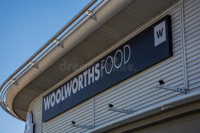 Signage da despensa de Woolworths em Roodepoort, Joanesburgo foto de stock