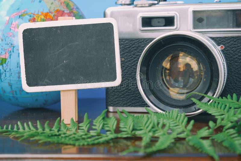 Signage de concept vide, globe et appareil-photo en bois de vintage sur la table en bois photographie stock