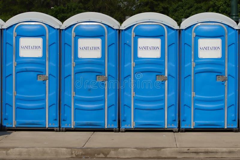 Signage de Gereric - fileira de toaletes portáteis fotografia de stock royalty free