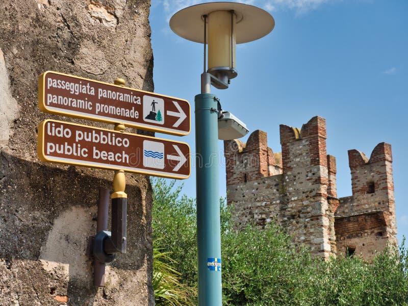 Signage, der Richtung für die panoramischen Wege und den allgemeinen Strand anzeigt lizenzfreies stockfoto