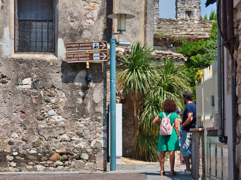 Signage die op de richting voor de panoramische gangen in Sirmione wijzen te nemen royalty-vrije stock afbeeldingen