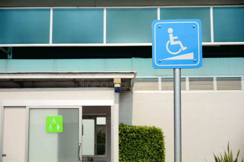 Signage do acesso da cadeira de rodas, toaletes públicos dos enfermos fotos de stock