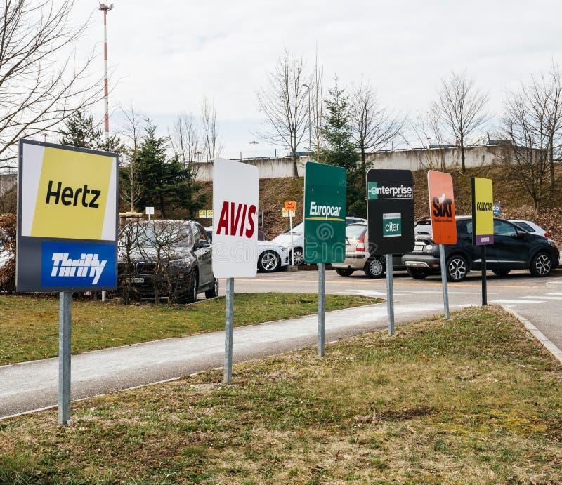 signage do Aluguel-um-carro em EuroAirport que estaciona o estacionamento exterior imagens de stock royalty free