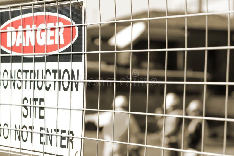 Signage e trabalhadores da construção imagens de stock