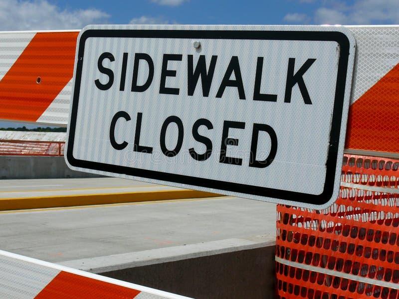 Signage för den stängda trottoaren arkivfoto