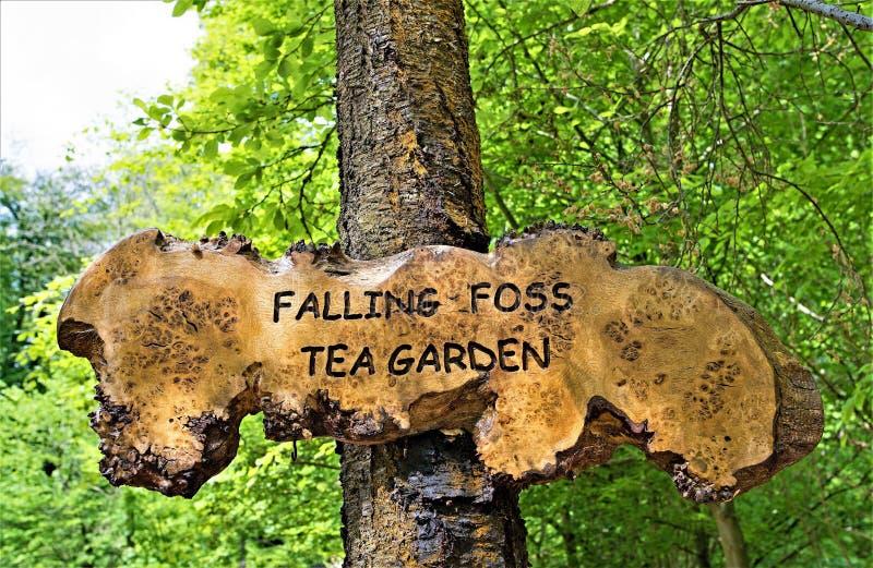Signage f?r den fallenden Foss-Tee-Garten, Sneaton, Nord-York macht fest lizenzfreie stockbilder