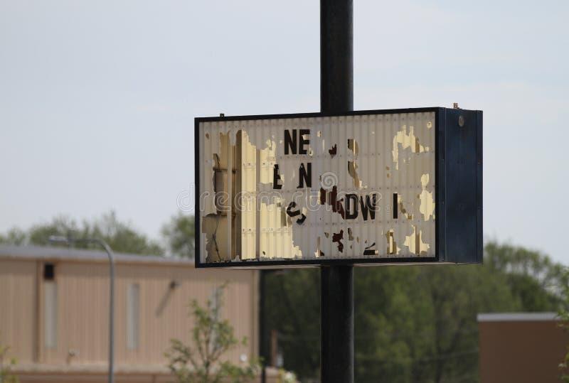 Signage hat Hagelschaden lizenzfreie stockfotografie