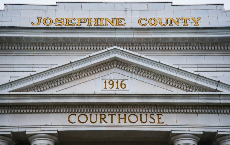 Signage na Josephine okręgu administracyjnego gmachu sądu w dotaci przepustce Oregon zdjęcie stock