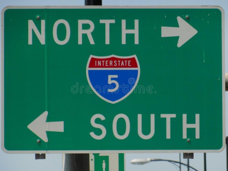 Signage para 5 de um estado a outro em Califórnia ilustração stock
