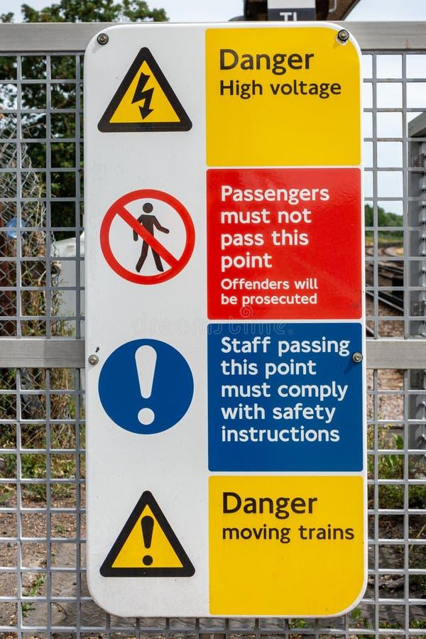 Signage van de de poortwaarschuwing van het stationplatform royalty-vrije stock afbeeldingen