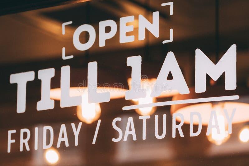 Signage van restaurantopeningstijden in Soho, Londen royalty-vrije stock foto's
