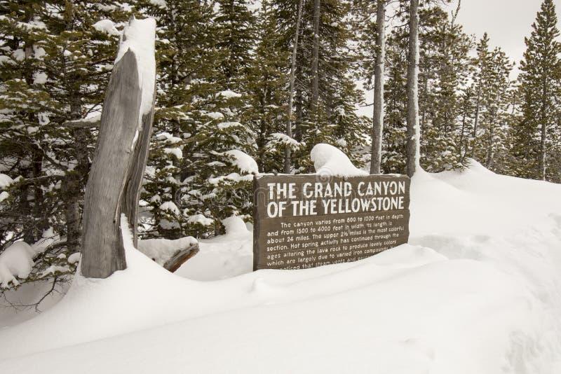 Signage voor Grand Canyon van het Nationale Park van Yellowstone in sno royalty-vrije stock foto's