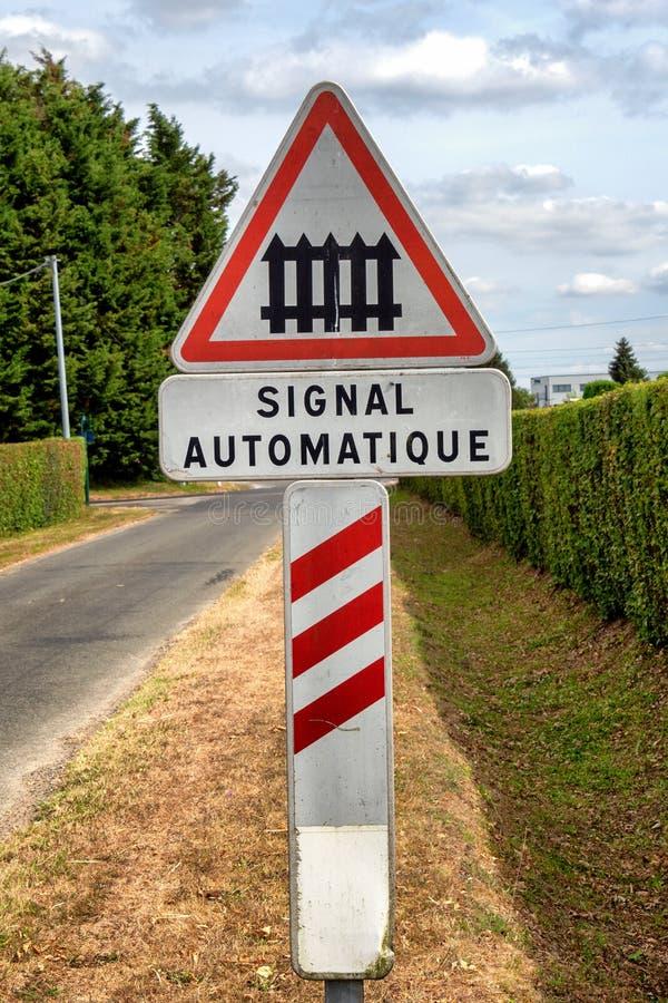Signal automatique français de passage à niveau de panneau routier en avant photo stock
