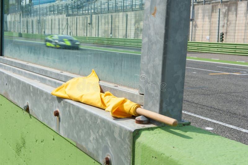 Download Signal De Danger De Drapeau Jaune Pour Emballer Le Sport Automobile Image stock - Image du detail, lent: 77150559