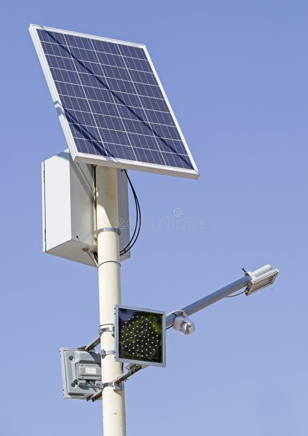 Signal de feu de signalisation avec la pile solaire de panneau photo stock