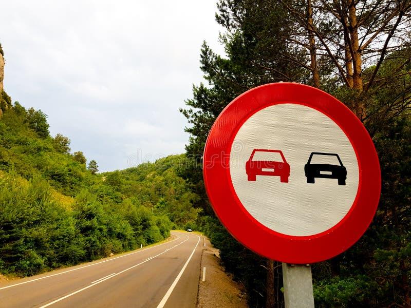 Signal interdit rattrapant sur une route sans véhicules image stock
