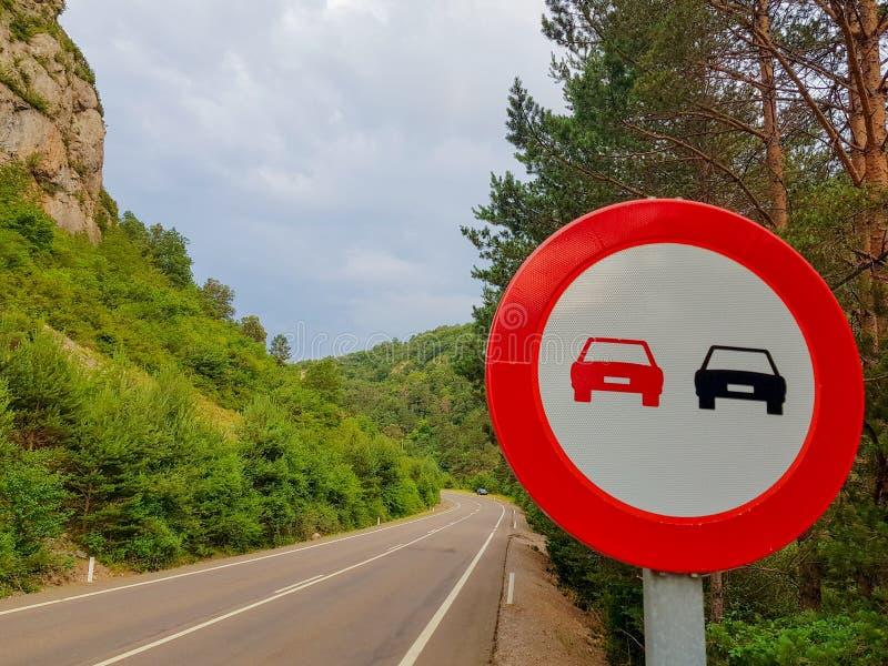 Signal interdit rattrapant sur une route sans véhicules photos libres de droits