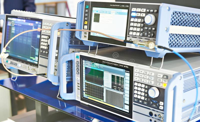 Signalanalizer och generator arkivfoton