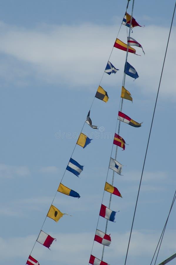 Signalerandeflaggor på repen av en yacht royaltyfri bild