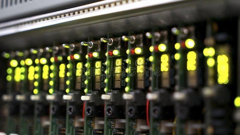 Signalerandeutrustning för elektroniskt ljud av maskiner, datorer och radioutsändning arkivbilder