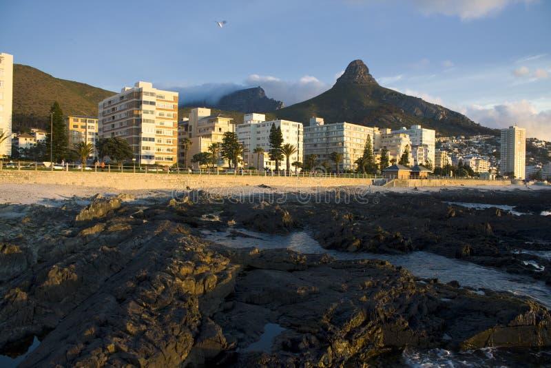 Appartements côtiers avec la colline de signal image stock