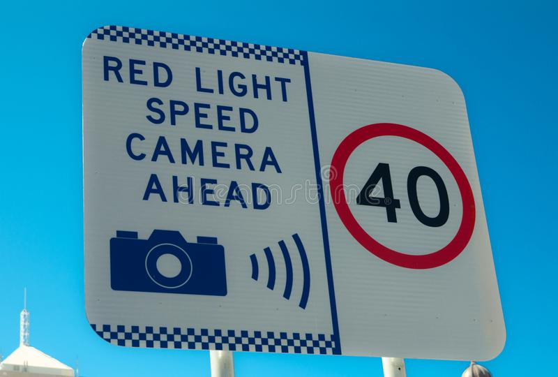 Signalisation avertissant pour des limitations de vitesse 40 km/h et l'appareil-photo rouge de vitesse de la lumière en avant photo libre de droits