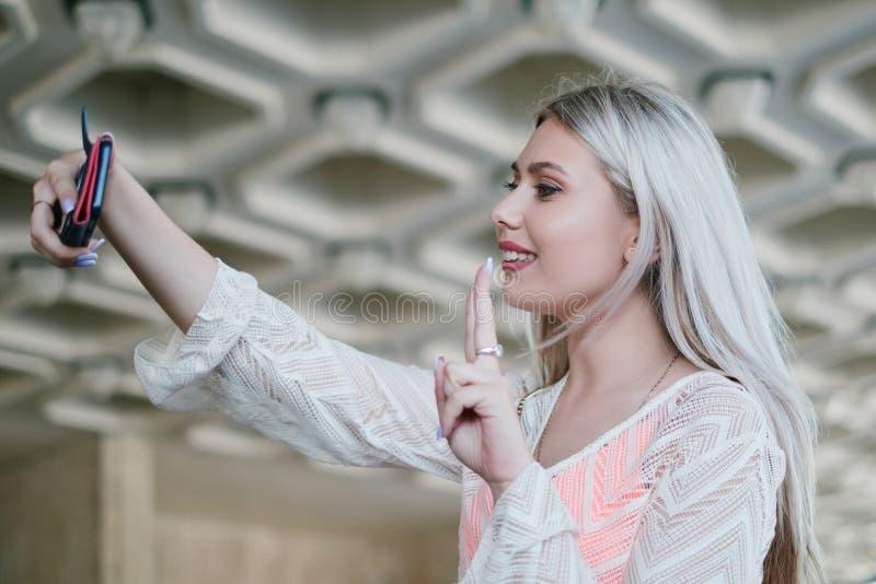 Signalisation sociale de media de vlog de selfie de mode de vie de la jeunesse photos stock