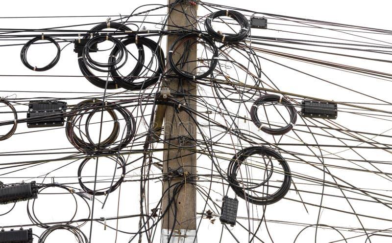 Signallinje kablar tilltrasslade på pol royaltyfri bild