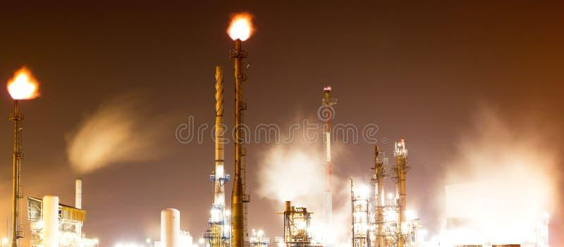 Signalljus på oljeraffinaderiväxten arkivbild