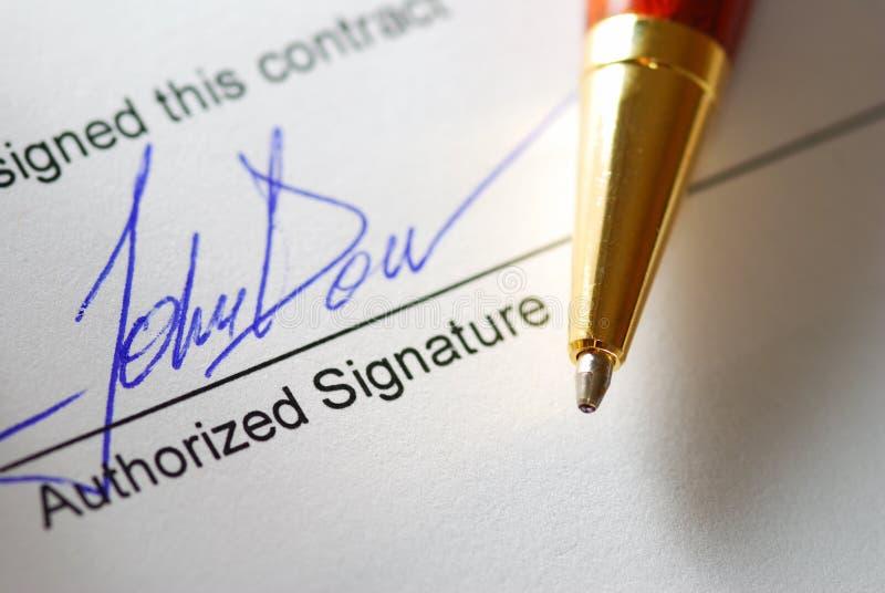 Signature d'un contrat images stock