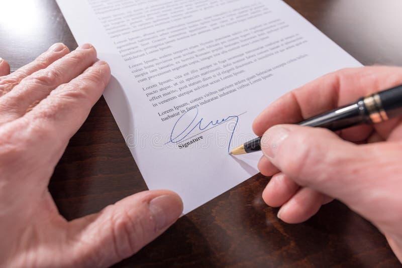 Signature d'un contrat photos libres de droits